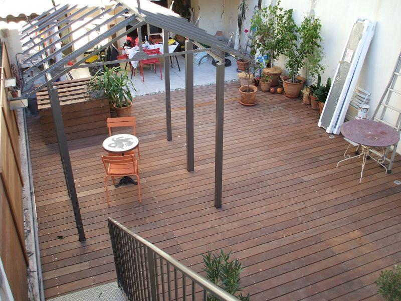Terrasses et amenagements en ip dans une cour dans le for Terrasse de marseille