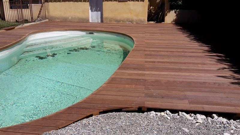 Cr ation d 39 un tour de piscine en bois d 39 itauba sur la for Creation de piscine