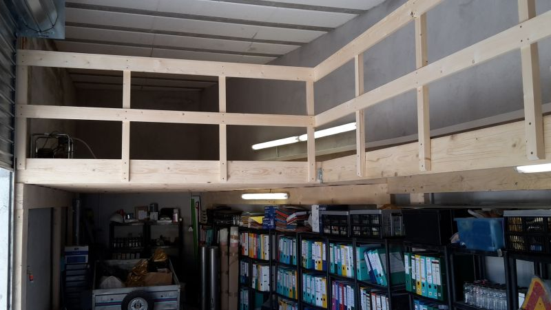Cr ation d 39 une mezzanine en plancher de pin avec garde for Piani mezzanine garage