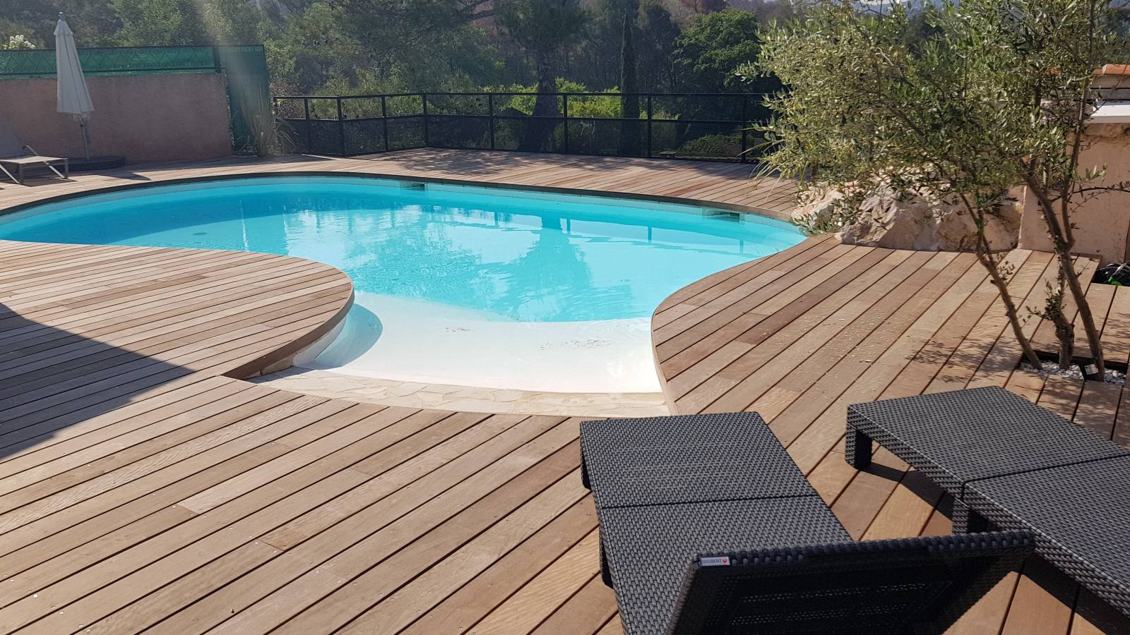 entourage d 39 une piscine en bois d 39 itauba vitrolles. Black Bedroom Furniture Sets. Home Design Ideas