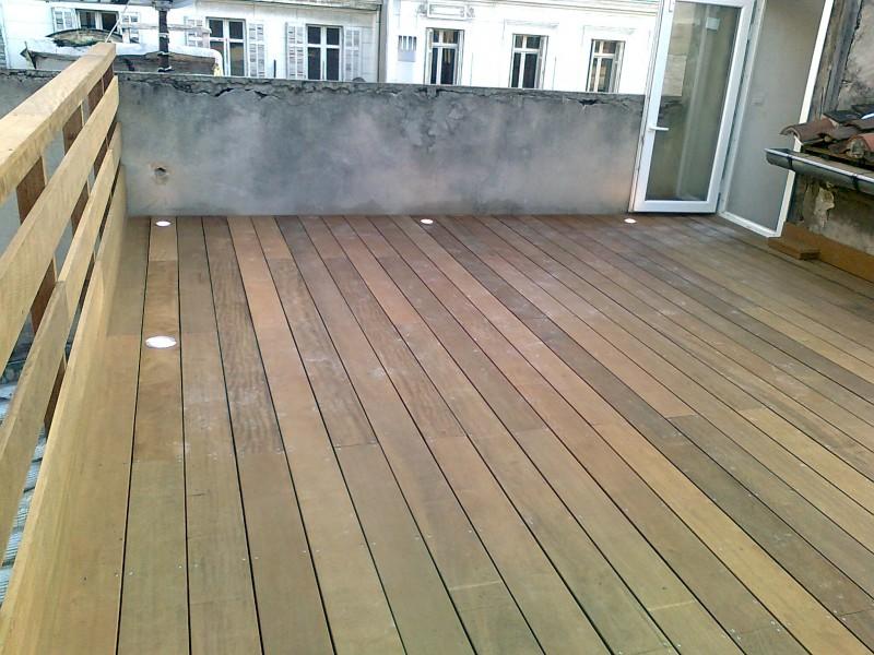 Terrasse en Itauba suspendue par cables sur une toiture pentue à 28 ...