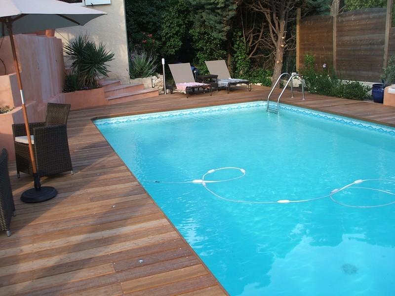 Entourage piscine en ip et bains de soleil bouc bel air - Piscine entourage bois ...