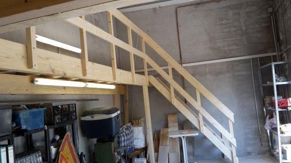cr ation d 39 une mezzanine en plancher de pin avec garde corps et escalier dans un garage. Black Bedroom Furniture Sets. Home Design Ideas