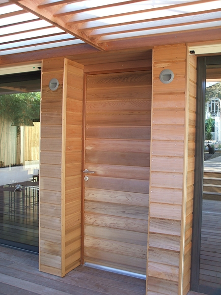 Couverture d 39 une entr e de villa moderne en bardage red cedar marseille patrice meynier - Habillage de porte d entree ...
